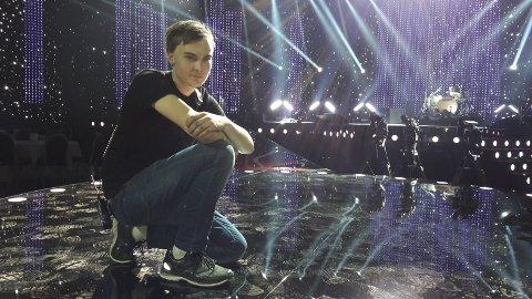 FESTAFTEN: Kasper Melgalvis setter spotten på stjernene og er en av mange som jobber i kulissene for en vellykket direkte sendt tv-kveld fra Hamar OL Amfi i kveld. FOTO: EVY SANDBERG