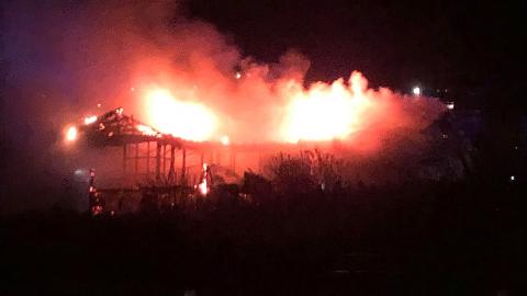 FULL FYR: Fredag ettermiddag begynte det å brenne i et bolighus i Brumunddal. Foto: Stian Bye Høgsveen