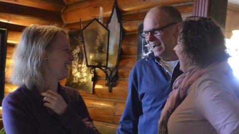 God stemning: Karianne Rustad og Marianne Haug på Rustad hotell og fjellstue har mange trofaste gjester. Carsten Petersen fra Danmark er en av dem. Han besøker Sjusjøen både sommer og vinter. – Jeg trives kjempegodt her, sier han.Foto: Jeanette Sandbæk Håland