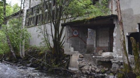 Skjemmende: I sommer vil kommunen gjøre en ny vurdering av om eieren skal pålegges å rive det gamle jernstøperiet.