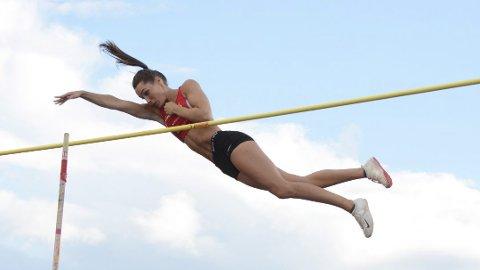 Slik: For å nå målet sitt om å komme til OL må Lene stadig høyere over lista. 22-åringene tok norgesrekorden på 4.50 meter sist og nærmer seg stadig.