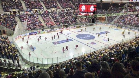 Hockeyfest: Dette er mange i Ringsaker opptatt av. Kampene mellom Storhamar og Lillehammer «tok fyr» i fjor, og ikke minst under Hockey Classic hvor Håkons Hall ble fylt med over 10.000 tilskuere. Nå kan lokalt hockeypublikum glede seg over en ny slik kamp i høst.Foto: Gaute Freng