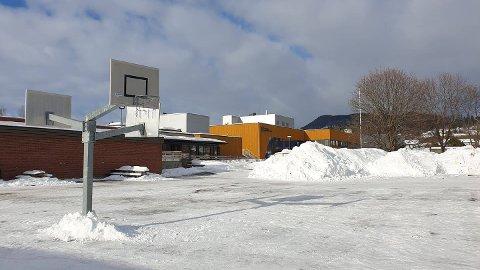 SEKK MED HASJ: En sekk med hasj ble søndag funnet av forbipasserende ved Brumunddalshallen mellom Ringsaker videregående skole og Brumunddal ungdomsskole.