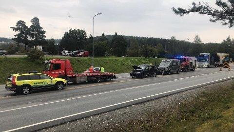 KOLLISJON: To biler kolliderte ved påkjøringsrampen til E6 ved Moelv onsdag ettermiddag.