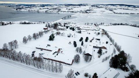 NES OG HELGØYA: Mange på Nes og Helgøya er bekymret for framtiden til legesenteret på Tingnes.