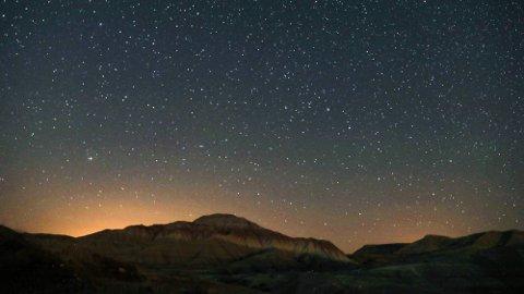 Både planeten Jupiter og Saturn er i samme solsystem som befinner seg i galaksen Melkeveien, som man ser her. Foto: Adem Altan (AFP)