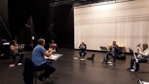 KORPSØVELSE: Dirigent Gunnar Røen tok torsdag imot en gruppe fra Brumunddal Brass. Morten Elias Bratengen (fra venstre), Kristine Flaten, Ingar Oddsæter, Cato Mikkelsen og Britt Elin Sameien var første musikere tilbake i øvingslokalet på Disen.