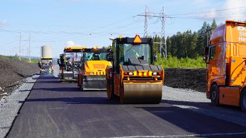 ASFALT: 95,5 kilometer med veg skal få ny asfalt i Innlandet i sommer. Bildet er tatt i forbindelse med asfaltering på den nye riksveg 3/25.