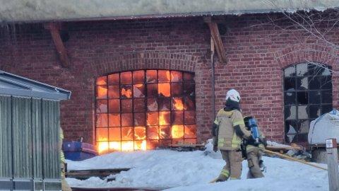 BRANN: Mannskaper fra flere kommuner, deriblant fra brannstasjonen i Moelv, bisto under slukningsarbeidet på Kapp.