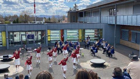 Utekonsert: Brumunddal jente- og guttemusikk holdt  utekonsert i finværet den 8. mai. De synes det var veldig hyggelig å kunne spille for publikum igjen.