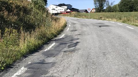 DÅRLIGE VEGER: I oktober skal fylkeskommunen bestemme hvilke veger som skal forbedres. Dette lappeteppet av asfalt er fra fylkesveg 41 over Duengerhøgda.