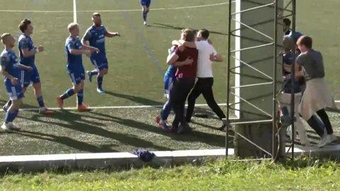 Jubel: Mikkel Gran Frankmo har scoret og møter jublende Dala-fans på sidelinja. De andre Brumunddal-spillerne kommer også til for å gratulere.
