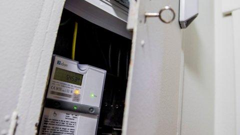 ENDRING: Energi Norge er glad for at 24 strømselskap vil bli sertifisert gjennom Trygg strømhandel-avtalen. De håper det blir en endring i blant annet markedsføringen, som vil slå positivt ut for strømkundene. Illustrasjonsbilde av strømmåler. Foto: Stian Lysberg Solum / NTB