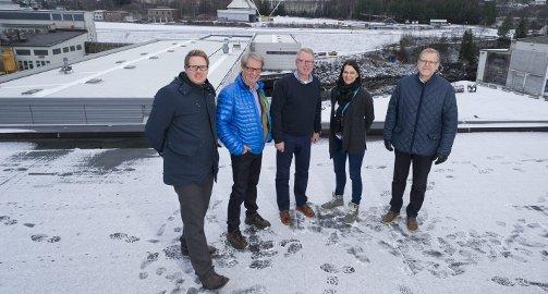 Task Force Pan: Jørgen Moe, Svein Eystein Lindberg, Magne G. Vegel, Sonja Bordewich og Jan Erik Gjerdbakken foran en del av området som skal utvikles etter gamle Follum.