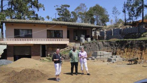 Representanter fra Gamlakahe Development Center Stiftelse (GDCS) sammen med zuluhøvdingen befarer tomten der krisesenteret «Hanne's Shelter» bygges. Huset i bakgrunnen skal rehabiliteres, i tillegg oppføres to nye bygg. Initiativet til prosjektet kommer fra Hanne Løvlies familie. De står også for finansieringen.