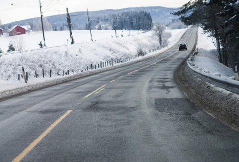 På veien mot Sokna er det regelmessige sprekker og humper. Til sommeren blir det ny asfalt på denne strekningen.