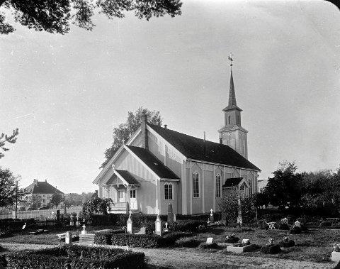 Hønefoss kirke, fotografert av Adolph Johansen. (Utlånt av Buskerud fylkesfotoarkiv)