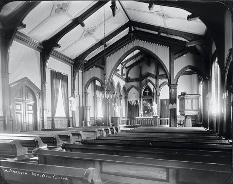 Slik så kirken ut innvendig i 1910. (Utlånt av Buskerud fylkesfotoarkiv)
