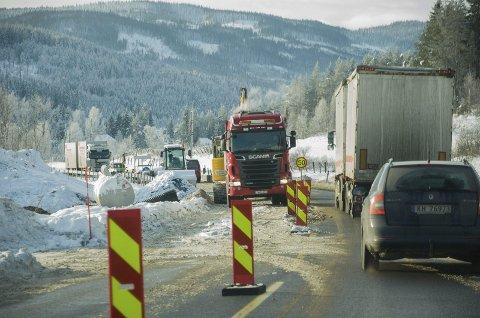 SKAPTE KØ: Arbeidene på riksvei 7 laget lange køer i helgen. Men kommende helger kan flyten bli bedre.