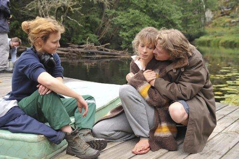 Sara Johnsen (t.v.) fra settet til filmen «Uskyld», her med skuespillerne Maria Bonnevie og Kristoffer Joner i hovedrollene.