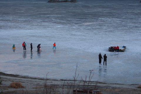- Vær varsom når du ferdes på isen, oppfordrer nødenhetene.
