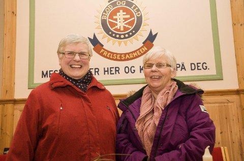 Karin Synnøve Westgård og Mona Tørkli i Frelsesarmeen gleder seg over at mange bidro i julegryta før jul. Resultatet ble hjelp til 250 som hadde søkt om hjelp til jul. Foto: Knut Andreas Ramsrud