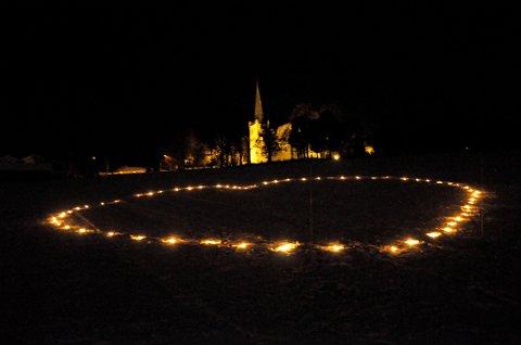 Trafikkofrenes dag 12. januar 2014. Fakkelbokser dannet hjerte nedenfor Norderhov kirke. Foto: Pål Tr. Mannsverk