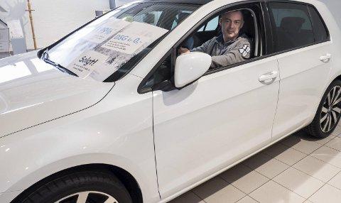 Selger Bjørn Andreassen hos Hamax-Auto i Hønefoss er svært fornøyd med salget av Golf i 2014. Foto: Frode Johansen