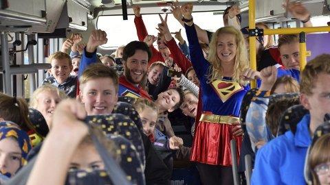 Superheltene Beltinus (Trim Balaj) og Beltina (Ina Kittilsen) i holdningskampanjen til Brakar, Nettbuss, Statens vegvesen og Trygg Trafikk.