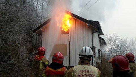 Brannmannskaper følger godt med under dagens øvelse på Utstranda.
