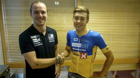 Sportsdirektør Leonard Snoeks med Sedrik Engebø Ullebø, som skal sykle for Team Ringeriks-Kraft neste sesong.FOTO: Team Ringeriks-Kraft