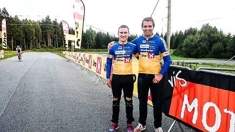 Lars Saugstad har signert kontrakt med Team Ringeriks-Kraft. Her sammen med sportsdirektør Lars Holm.