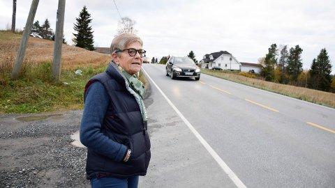 HELT FEIL: Kari Blach Sørensen mener det blir helt feil å prioritere gang- og sykkelvei mellom Klekken og Vestern foran Hønen-Klekken. Hadelandsveien bak henne har nesten ikke veiskulder.