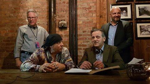 Steven Van Zandt og instituttleder Geir Salvesen signerte samarbeidsavtale. Foto: Norway Communicates