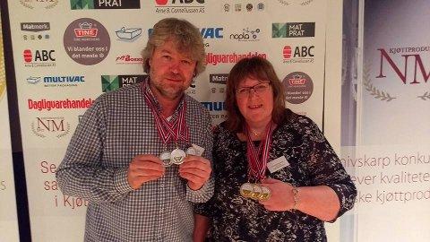 Storeslem: Jon Gulbrandsen og Eva Mette Brynestad med alle NM-medaljene til Leiv Vidar Slakterforretning.