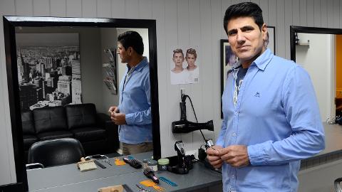 Satser: Kerim Maulud Kadir åpnet fredag ny frisørsalong i Vikersund.