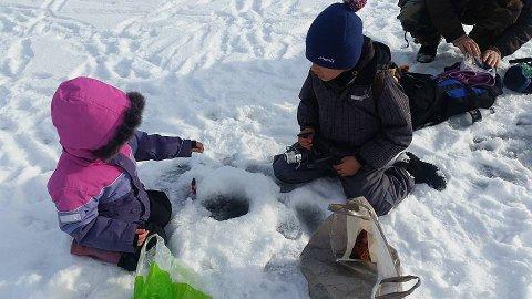Prøvde pilking: Mange nye nordmenn fikk prøve seg på vinteraktiviteter på vinterfestivalen. Pilking var populært blant store og små.