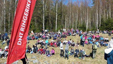 Opptur i regi av DNT Ringerike samler hundrevis av åttendeklassinger i friluft. I år skal de fra Borger til Fleskerud i Åsa. Dette bildet er fra fjorårets arrangement.