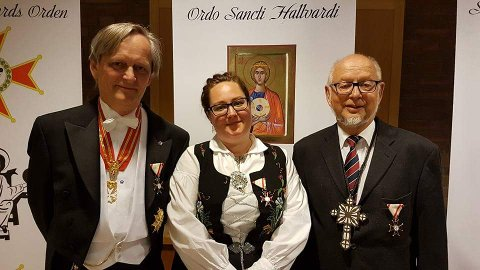 Sankt Hallvards Orden: Marilena Aker (midten) ble gjort til æres-ridder og fikk ordenens æresmedalje for sitt arbeid med integreringsarbeid av flyktniger i Norge. Frank Jakobsen (t.v) og Stein Unneberg (t.h) mottok også medaljer.