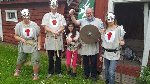 Fra venstre ses ridder Kari Flaten ( som hadde lagd de flotte draktene), ridder Stig Kjenstad, ridder Inger Renate Skjauff, ridder Nils- Christian Skjauff og ridder Elina Lysakermoen. Foto: Ridder Rønning