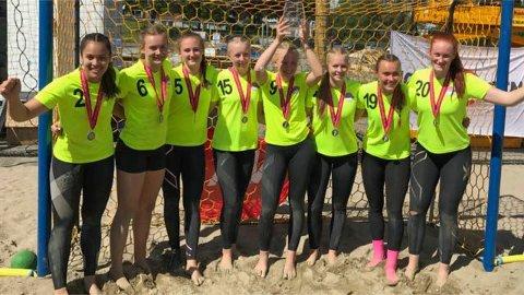 Sølvjenter: Hønefoss-jentene som tok sølv i NM i beachhåndball. Fra venstre: Cinta Jacobsen, Maren Sjåmo, Guro Bråten, Sara Bakken, Eirin Løkkemo, Caroline Opdahl, Marte Brøndum og Gina Engen.