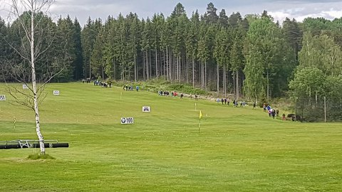 Her er et turfølge på vei forbi driving-rangen på golfbanen på Storøya. Ifølge golfklubben kan dette være farlig.