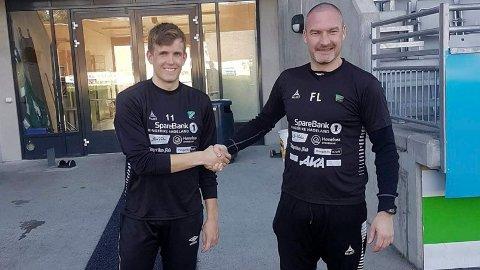 Markus Thorberg ønskes velkommen til AKA Arena av trener Frode Lafton.