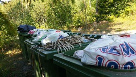Fulle: Det er ikke plass til mer søppel i dunkene i Abrahamsveien i Åsa.