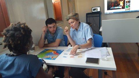 GOD BLANDING: Studiet til Tuva (høyre) har en god blanding med praktisk og teoretisk jobbing