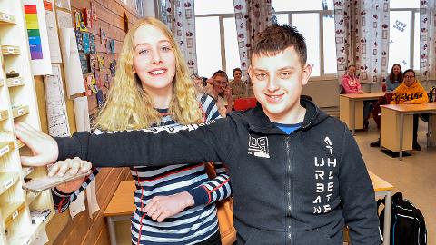 HELT GREIT: Åttendeklassingene Kari Ask Nore og Tommy Alxander Nilsen, sier det er helt greit å legge fra seg telefonene i mobilhotellet når de kommer på skolen om morgenen.
