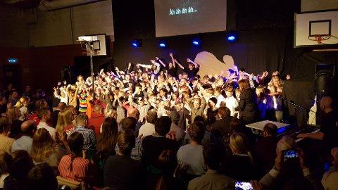ALLSANG: Her er alle elevene samlet til sang.