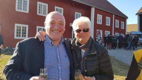 FEIRING:Jan Otto Myrseth sammen med en av Askeladdens trofaste kunder Dagny Sjursdotter.