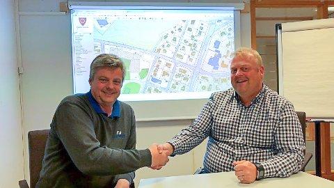 Isachsen Anlegg skal bygge nye fortau for Ringerike kommune. Her signeres avtalen av prosjektsjef John Arne Johansen i Isachsen og leder for utbyggingsavdelingen i Ringerike kommune, Josten Nybråten.