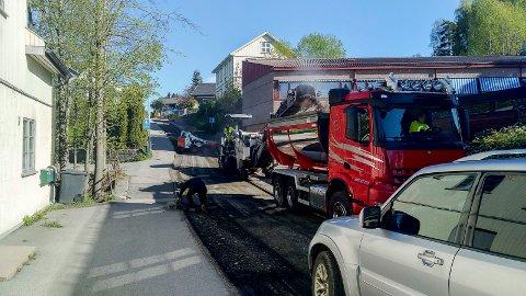 FÅR NY ASFALT: Veidekket i Hellebakken freses bort før det skal legges ny asfalt.
